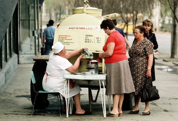 Продажа кваса из бочки в СССР