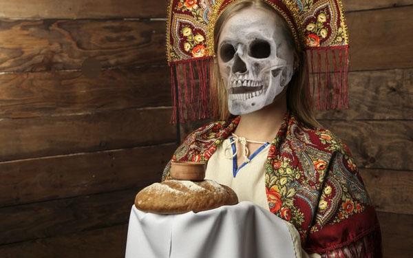 smertushka-ugoschaet-hlebom